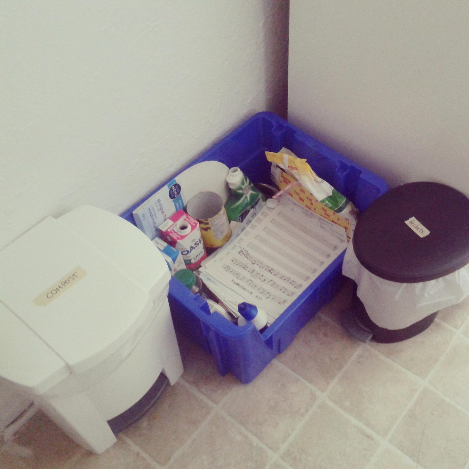 Poubelle blanche : compost|Bac bleu : recyclage|Poubelle noire : déchet (remarquez qu'elle est plus petite que celle réservée au compost!)