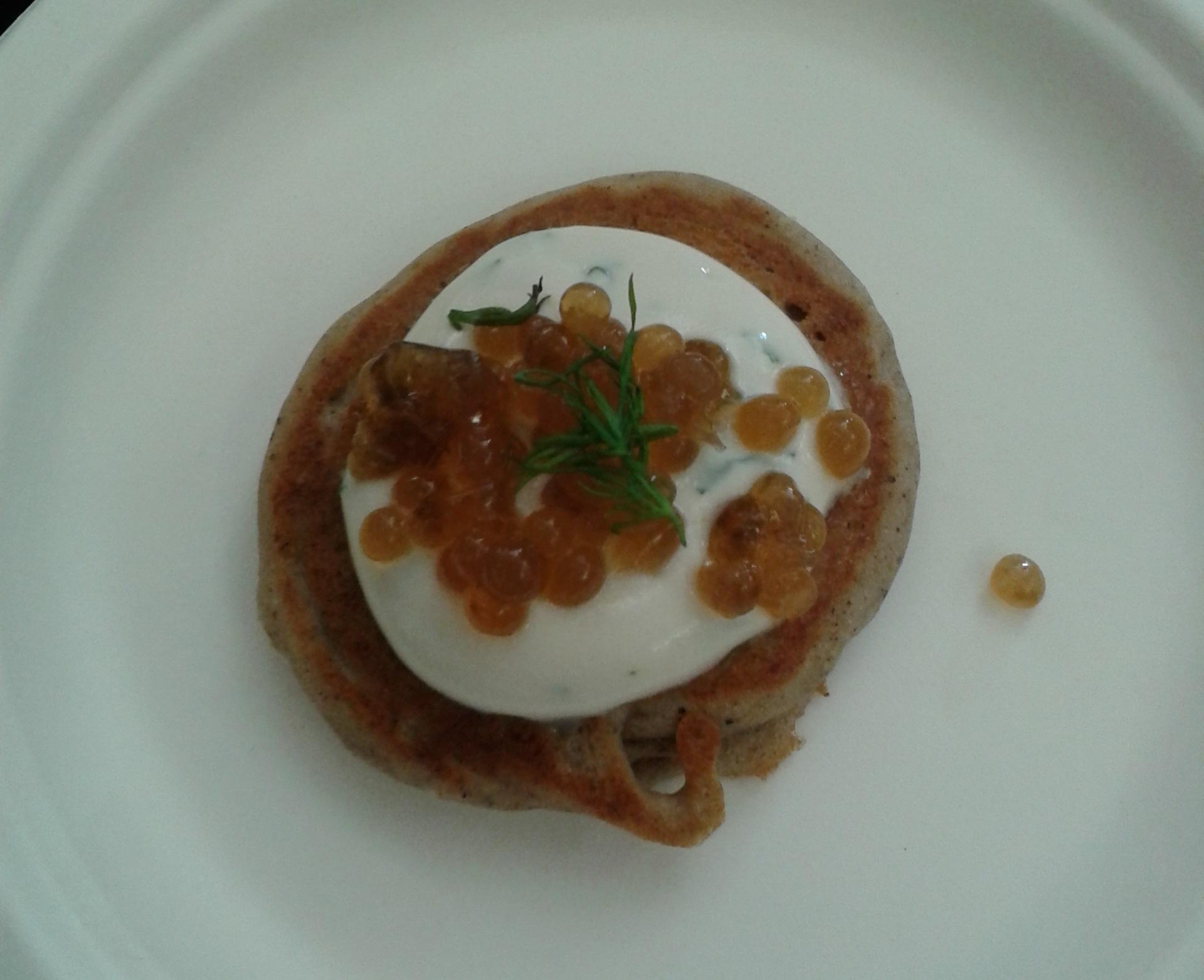 Caviar végane et blinis à la crème aigre.