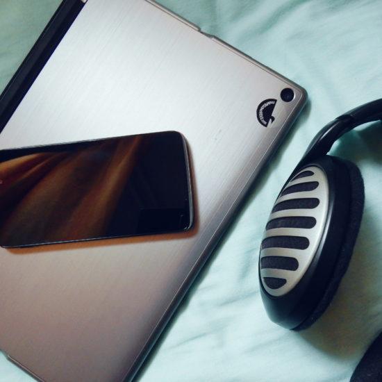 Ordinateur portable, téléphone intelligent et paire d'écouteurs.